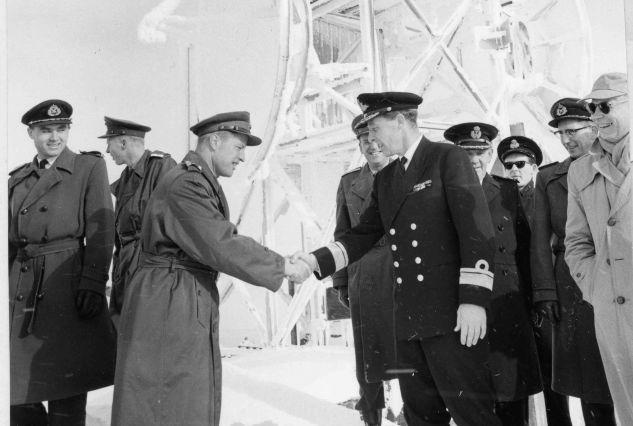 5. oktober 1963: Forsvarssjef Folke Johanessen ønskes velkommen av oberst Bjørn A. Rørholt.